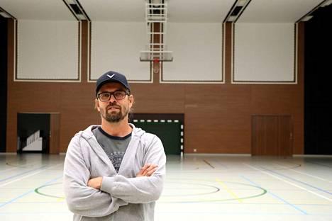 Harjavallan vapaa-aikasihteeri Vesa Hakala (kuvassa) halusi auttaa porilaisuimari Matti Mattssonia, jolla ei ollut paikkaa, missä harjoitella Tokion kesäolympialaisia varten.