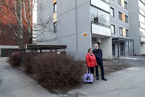 – Meidän mielestämme tästä meidän mallistamme on esimerkkiä muillekin taloyhtiöille Tampereella. Me emme nyt voi tietää, kauanko poikkeustilanne jatkuu. Toivomme, että tilanne rauhoittuu ja normalisoituu mahdollisimman pian. Näin ajattelevat Heikki Kalliomäki ja Marjatta Välimaa, jotka auttavat pyydettäessä oman talon ikäihmisiä.