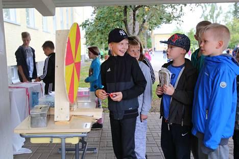 Onnenpyörä, pallonheitto ja narunveto houkuttelivat paikalla runsaasti koululaisia. Pyöräytysvuorossa viidesluokkalainen Juho Valkama.