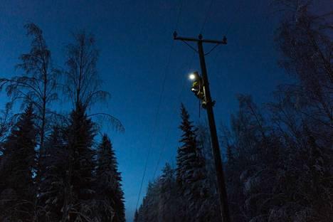 Viime yönä Suomen keskiosan yli mennyt myrsky aiheutti sähkökatkoja. Arkistokuva.