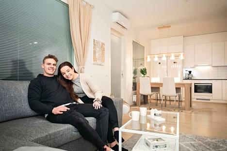 Liisi Rajala ja Santeri Hatakka asuvat nyt ensimmäistä talvea ensiasunnossaan Tampereen Vuoreksessa. He ehtivät asua yhdessä vuokra-asunnoissa vajaan parin vuoden ajan ennen kuin ostivat oman kodin.