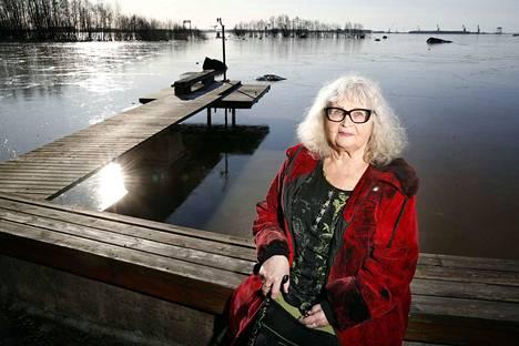 Meri-Porissa asuva kirjailija Leila Tuure on tuntenut Porin maisemat koko ikänsä. Porissa on vielä jäljellä paljon sellaisia maamerkkejä, jotka auttavat eläytymään kaupunkilaisten elämään sata vuotta sitten. Kirjailijan kotipihasta avautuu huikea, elävä maisemataulu.