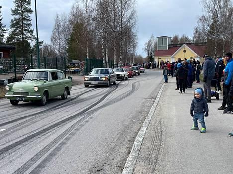 Autotapahtuma keräsi paikalle paljon ihmisiä vappupäivänä Mänttä-Vilppulan Myllyrantaan.