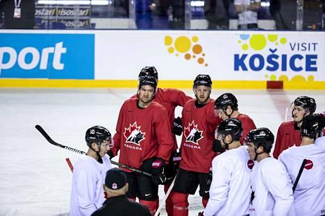 Mark Stone (punaisessa paidassa vasemmalla) hioi kuvioitaan kuntoon joukkuekaveriensa kanssa torstaina Kosicessa.