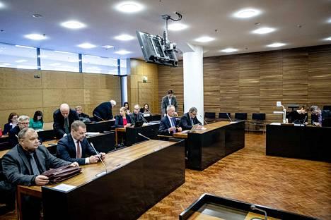 Syytetyistä hovioikeuteen saapuivat keskusrikospoliisin päällikkö Robin Lardot (eturivissä toinen vasemmalta) ja Helsingin poliisipäällikkö Lasse Aapio (eturivissä oikealla). Syytettyjen vierellä istuvat näiden asianajajat.