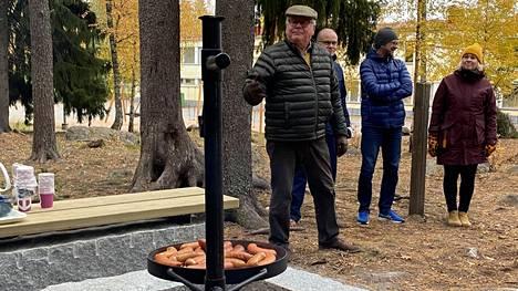 Muistolan laavun nuotiopaikka osoittautui toimivaksi. Makkarat paistuivat hyvin torstaisessa laavun luovutustilaisuudessa. Virallisen avauspuheen piti LC Sastamala/Vammalan presidentti Jorma Hämäläinen.