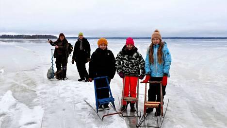 Eeva-Liisa Tuominen ja Heli Eskola muistuttavat, että jokainen kulkee jäällä aina omalla vastuullaan. Hilma Eskola, Aino Tuominen ja Amanda Eskola kokeilivat, kuinka potkukelkat luistavat Sääksjärven jäällä.