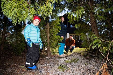 Krista ja Hannu Merikosken omakotitalon tontti rajautuu Vähäjärveä ympäröivään puistoon. Matala Vähäjärvi on yksi Tampereen lintujärvistä, ja viime vuonna sen rantaan rakennettiin myös maisemalaituri. Härmälässä Leo-pojalla on tilaa leikkiä.