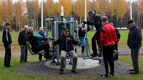 Uuden ulkokuntoilulaitteen virallista käyttöönottoa Haapamäen urheilukentän laidalla juhlistaneet Lions Clubin jäsenet kokeilivat saman tien joukolla, mitä kaikkea laitteessa voikaan tehdä.