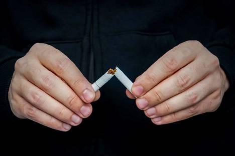 Kiinassa tehdyssä tutkimuksessa tupakoivilla oli 14-kertainen riski koronan komplikaatioihin tupakoimattomiin verrattuna. Myös sähkösavukkeiden käyttö on riski.