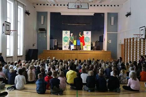Härmälän koulun alaluokkalaiset seurasivat tarkkaan esitystä, jossa hekin pääsivät osallistumaan lajitteluun.