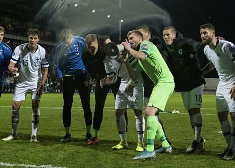 Suomen joukkue tuuletti voittoa Armeniasta edellisessä karsintaottelussa.