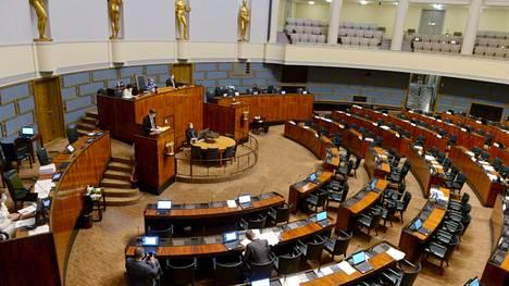 Tältä näytti eduskunnan suuressa salissa helatorstain iltana 13. toukokuuta. Lähinnä perussuomalaisten pyytämistä puheenvuoroista johtuen elpymispakettikeskustelu on venynyt tiistailta ainakin perjantaille.