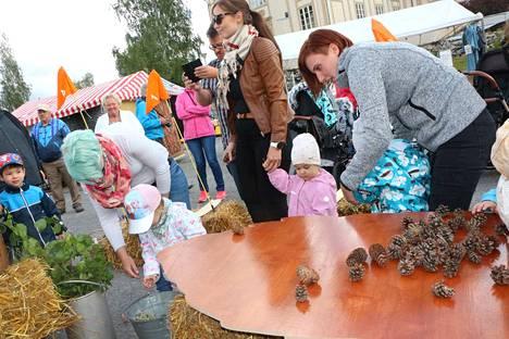 Marianne ja Sansa Kriikkula, Tuulia ja Konsta Ranta, Tanja ja Sandra Kuusisto olivat heti hengessä mukana, kun kisa alkoi.