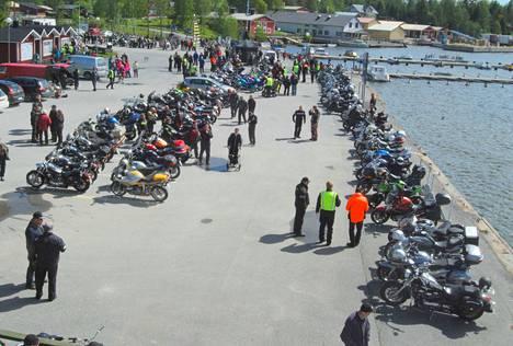 Arviolta 250 moottoripyörää Krookan satamalaiturilla kiinnosti myös paikakunnan väkeä.