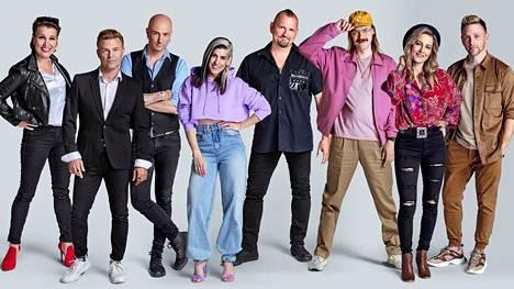 Tämä artistijoukko on vetäytynyt kuvauksiin Hirvensalmen Satulinnaan.