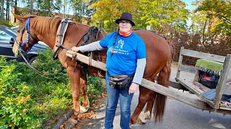 Marjo Iso-Jaakkola omistaa kaikkiaan viisi suomenhevosta. 20-vuotiaan Kitkatulen kanssa hän tekee erilaisia keikkoja ja kiertää tapahtumissa.