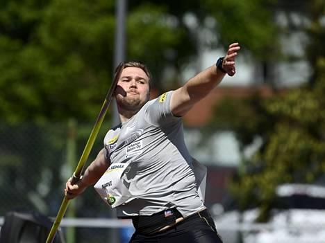 Kankaanpään seudun Leiskun Teemu Narvi pääsee mittelemään paremmuudesta Kankaanpään urheilukentällä Kankaanpää Games- kisojen keihäskisassa.