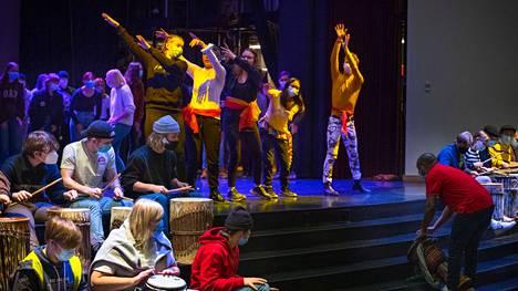 Konsertissa nähtävän Safari-nimisen kokonaisuuden on ohjannut muusikko Menard Mponda. Opiskelijat harjoittelivat esitystä keskiviikkona.