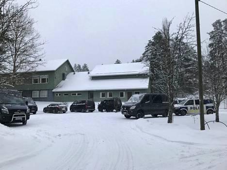 Liedenpohjan koulun pihassa oli kymmeniä poliisiajoneuvoja torstaina. Poliisi tiedotti aikaisemmin päivällä, että Liedenpohjan koulu ei liity tapahtumiin. Koulu on ilmeisesti ollut poliisin toimintakeskus poliisioperaation ajan.