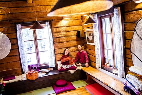 Leena Heinämäki ja Hans Christian Hansen löysivät toisensa meditaatiokurssilta Kööpenhaminasta kymmenisen vuotta sitten. Heille oli alusta lähtien selvää, että he haluavat perustaa meditaatiokoulun. Sydänmaan retriitteihin ja meditaatiokoulutuksiin saapuu osallistujia usein ympäri Suomen.