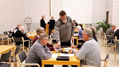 Kirkkoneuvosto käsitteli urakoitsijan lähettämän lisätyölaskun kiireellisenä asiana kolmen kirkkoneuvoston jäsenen aloitteesta. Erkki Lahtinen oli yksi heistä. Kuva kirkkovaltuuston kokouksesta viime torstailta.