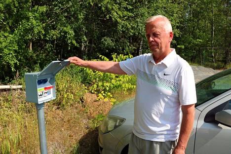 Jouko Hakalan taloyhtiön parkkipaikalla Jämsänkoskella on uudet sähköautonlataustolpat. Asunto-osakeyhtiö sai avustusta hankkeeseen ARA:lta.