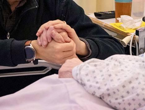 Honkajokelainen Välimäen pariskunta toivoo, että muutkin osaisivat pyytää kotisairaalan palveluja sairastuneen avuksi.