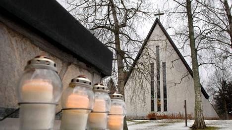 Tulevana perjantaina Valkeakosken Kappelikirkon muualle haudattujen muistoalueelle voi käydä jättämässä kynttilän Koskelan henkirikoksen uhrin muistolle kello 18–20 välisenä aikana. Muistotapahtumalla on tarkoitus tehdä myös koulukiusaamista näkyväksi.