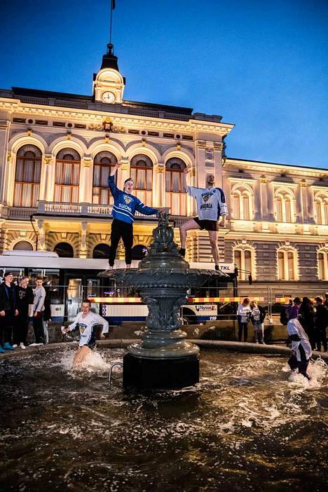 Moni kapusi suihkulähteen huipulle, mutta Eppu Salminen ei tällä kertaa ollut paikalla. Ilta-Sanomien mukaan hän seurasi finaaliottelua Korsikalta.