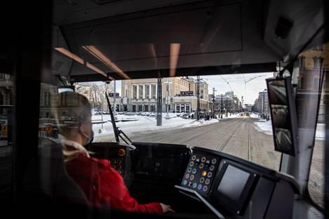 Liikenteenohjaaja Doris Diehl ohjaa Tampereen ratikkaa kohti rautatieasemaa. Kuljettaja vaihtaa päätepysäkillä ohjaamoa vaunun toiseen päähän, kun ratikka lähtee paluumatkalle.