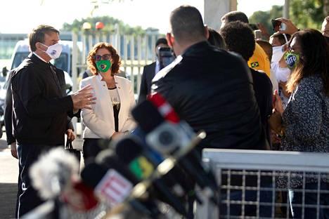 Brasilian presidentti Jair Bolsonaro (vas.) vastasi perjantaina toimittajien kysymyksiin virka-asuntonsa edustalla Brasiliassa.