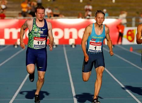 Ikaalisten Urheilijoiden Samuli Samuelsson (oik.) voitti miesten 100 metrin juoksun ajalla 10,40. Kankaanpään seudun Leiskun Ville Myllymäki (ei kuvassa) juoksi toiseksi ajalla 10,51. Myllymäen ennätys on 10,38 vuodelta 2016