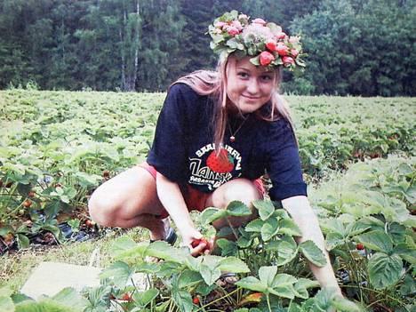 Sydän-Satakunnassa 12. heinäkuuta 2001 muistutettiin, että mansikat on syytä säilöä nyt. Myyntihinta oli 10–13 markkaa litralta. Mansikkatyttö Emilia Salovaara antoi puolestaan poimintanäytöksen Salmisen mansikkatilalla.