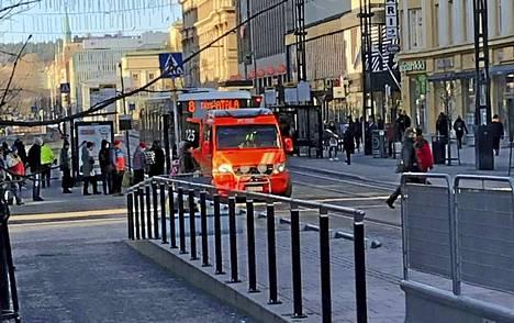 Silminnäkijän mukaan nainen makasi maassa bussin edessä ja bussiliikenne seisoi paikallaan noin kello 11 aikaan. Paikalla oli myös ambulanssi.