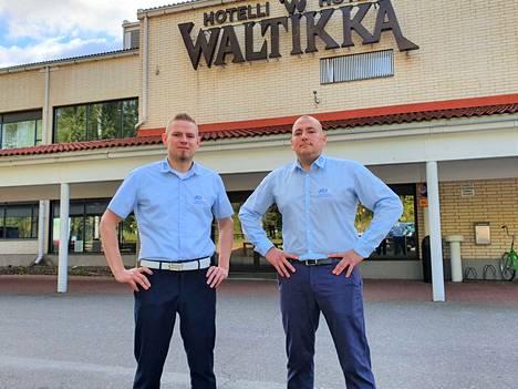 Joonas ja Janne Kallio saivat kokoushankkeen vetureina jo vuosi sitten syksyllä hotelli Waltikan sitoutumaan tulevan ison kokouksen järjestämiseen, vaikka näkymät yli korona-ajan olivat sumeat. Nyt ovat valmistelut loppusuoralla. Perjantaiksi toivotaan hyvää säätä, sillä vieraat saapuvat laivalla Tampereelta.