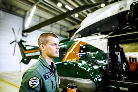Henri Grahn pyrkii lentämään helikopterilla joka päivä. Jos hälytyksiä ei ole, helikopterin miehistö harjoittelee niitä varten.
