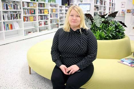 Arkeologi Ulla Moilanen kertoi Toppolanmäen kalmiston kaivausten uusimmista tuloksista Valkeakosken kirjastossa torstaina.