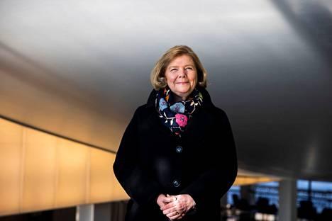 Tampereen yliopiston rehtori Mari Walls hymyilee jo 1960-luvulta paikallaan olleen yliopiston keskustakampuksen päärakennuksen portaissa. Pandemia-aikana ihmisiä näkyy yliopiston seinien sisällä aika vähän, mutta Teams- ja Zoom-palaverit pyörivät täysillä.