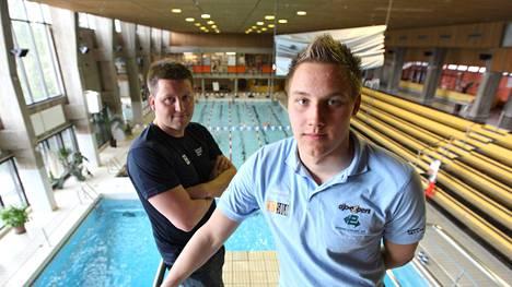 Jani Sievinen tapasi Matti Mattssonin ensimmäisen kerran Porin uimahallissa 2011 ja totesi 17-vuotiaan nuorukaisen lahjakkaaksi raakileeksi.