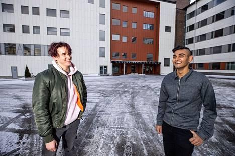 Korona-aika on siirtänyt valtaosan opinnoista etäyhteyksille myös sotfware engineering -tutkinto-ohjelmassa. Eric Brown (vas.) ja Jannaten Nayem pyörähtivät Tamkin kampuksen pihassa antamassa haastattelun maaliskuun puolivälissä.