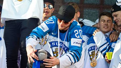 Niko Ojamäki pelaa ensi kaudella KHL:ssä. Arkistokuva vuoden 2019 maailmanestaruusjuhlista.