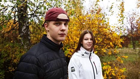 """Aaro Kiretti ja Miia Mäkinen pitävät koulussa eniten kavereiden näkemisestä. Koulu on """"ihan jees"""", sanoo yhdeksättä luokkaa käyvä Mäkinen. Kiretti opiskelee ensimmäistä vuotta Valkeakosken ammattiopistossa."""