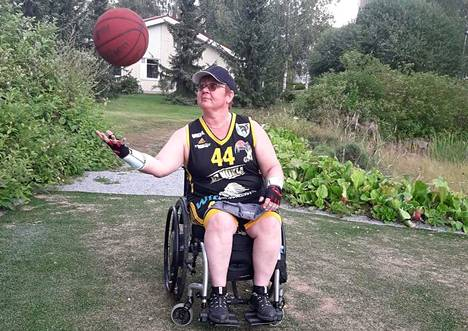 Tanja Hakala liikkuu pyörätuolilla ja pitää allasterapiaa toimintakykynsä kannalta erittäin tärkeänä.