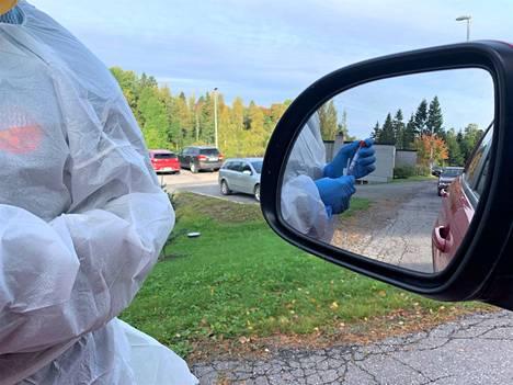 Kuva Jämsän drive in -koronatestauksesta.