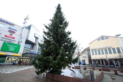 Tänä vuonna Valkeakosken Kauppatoria koristava joulukuusi saapui Eerolasta.