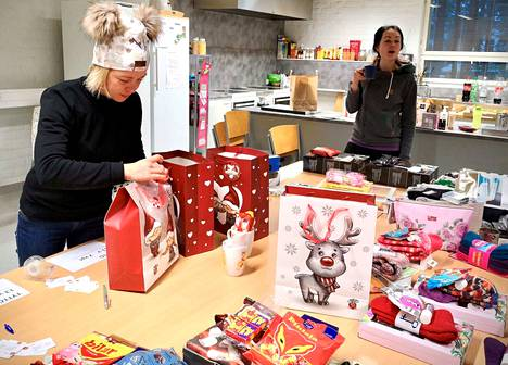 Nuorkauppakamarilaiset Tuija Hautala ja Erika Luukkonen joululahjojen pakkaustalkoissa.