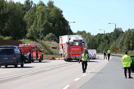 Pelastuslaitos ja poliisi olivat onnettomuuspaikalla tiellä 12 perjantaina päivällä.