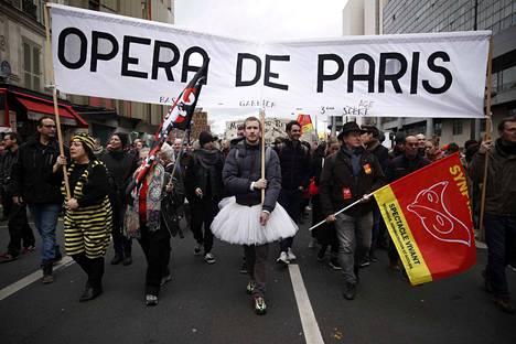 Pariisin oopperan tanssijat osoittamassa mieltään joulukuun puolessa välissä. Viikonloppuna he tanssivat Joutsenlampea Pariisin kaduilla, mitä pidetään pääkaupungin kauneimpana mielenilmauksena koskaan.