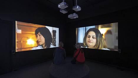 MOC-ryhmäläiset keskustelevat videoteoksessa hiuksista ja mitä merkityksiä heidän elämässään niihin liittyy.